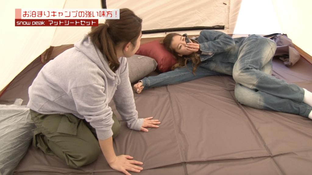 テントの中で寝る2人
