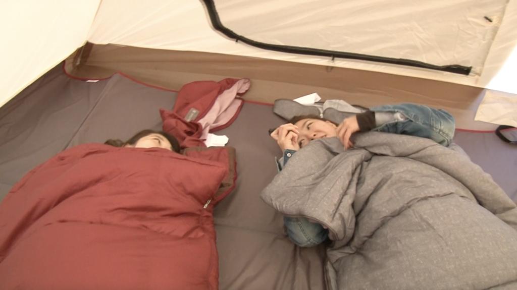 寝袋を使う2人