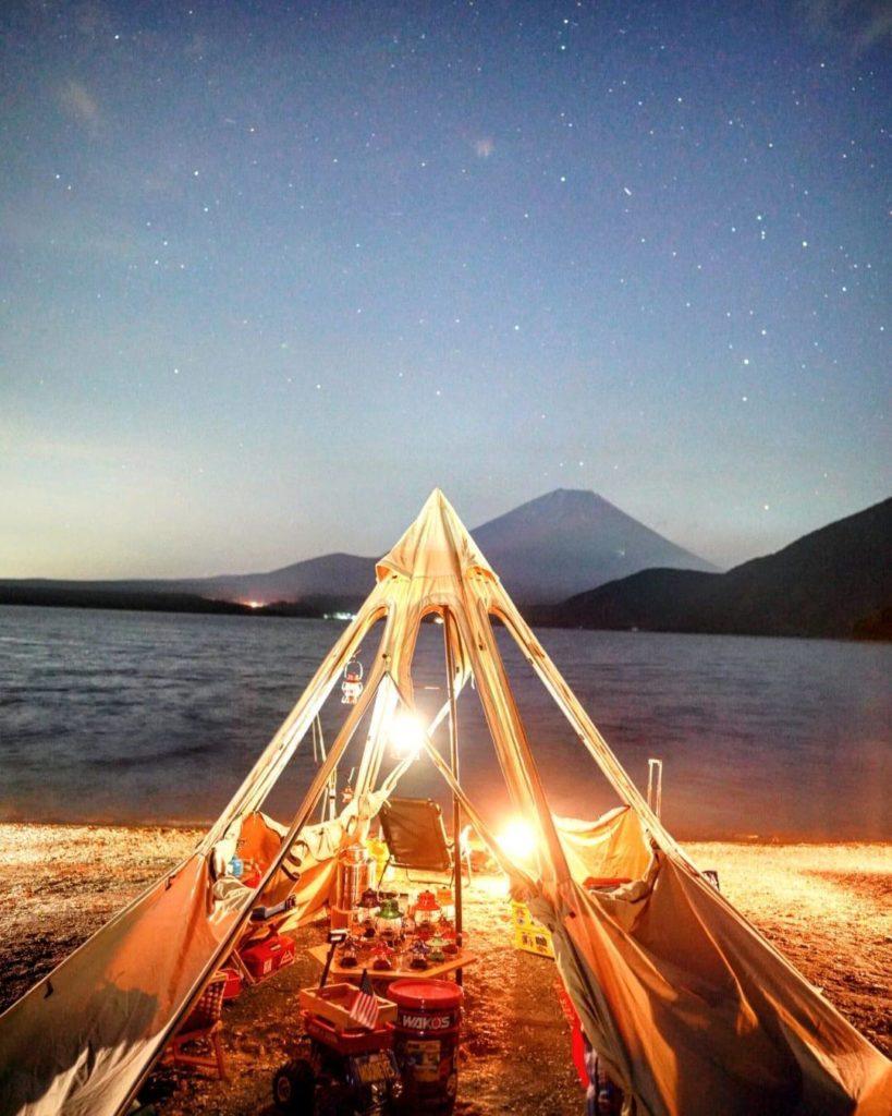 湖畔と富士山とテント