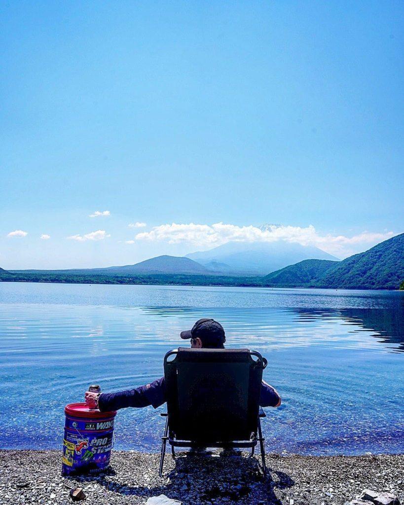 湖畔で飲むお酒は最高